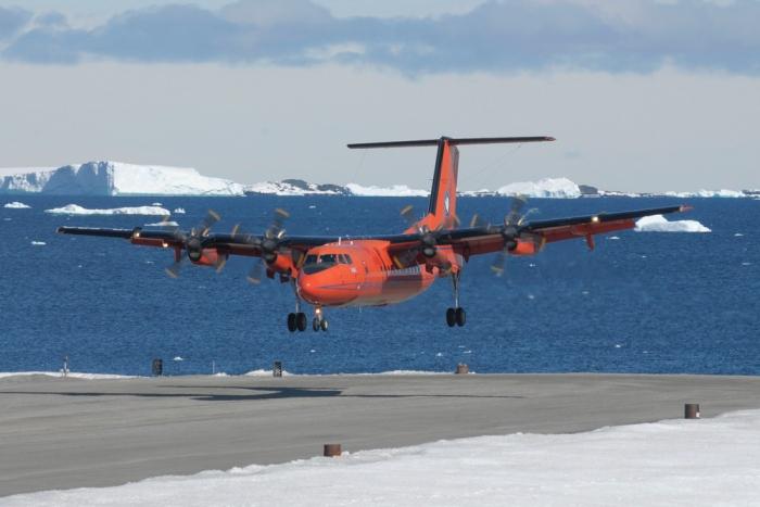 Dash-7 landing Rwy 36